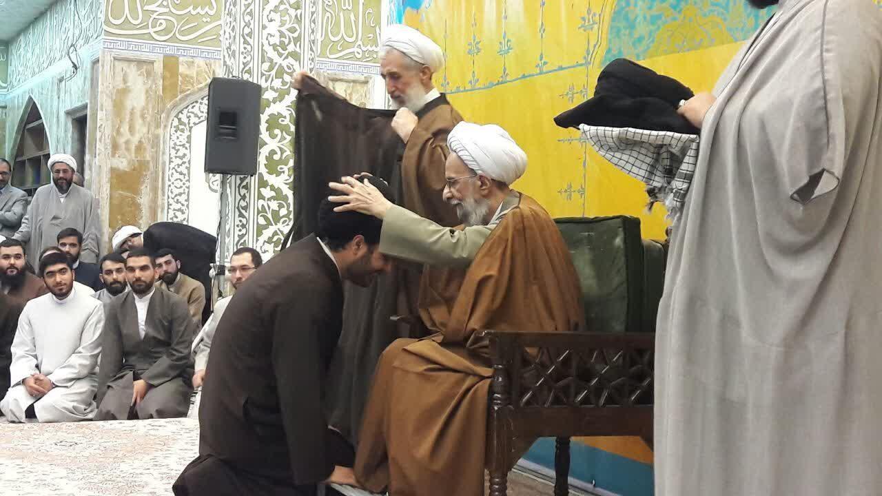 همزمان با میلاد منجی عالم بشریت؛  طلاب تهرانی به دست آیت الله مصباح یزدی معمم شدند