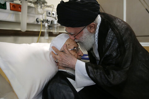 در یکی از بیمارستان های تهران انجام شد؛ عیادت رهبر معظم انقلاب از آیت الله العظمی مکارم شیرازی